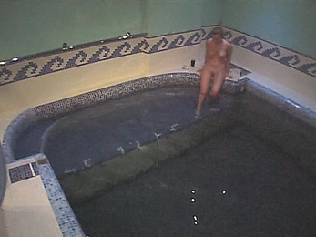See nude babe in the swimming pool!